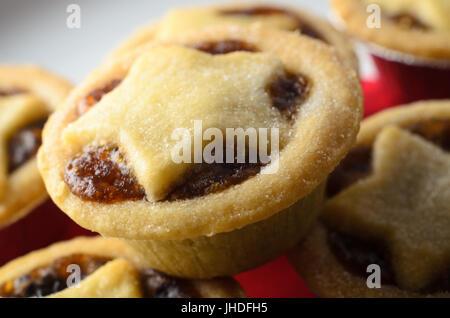 Stapel von Weihnachten Mince Pies mit Stern geformte Gebäck Tops und fruchtige Füllung ausgesetzt, auf weißen Teller - Stockfoto