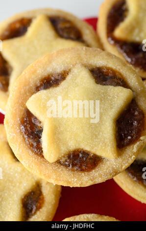 Aufwand aus einem Stapel von Weihnachten Mince Pies mit Stern geformte Gebäck Topper und Füllung ausgesetzt hautnah. - Stockfoto