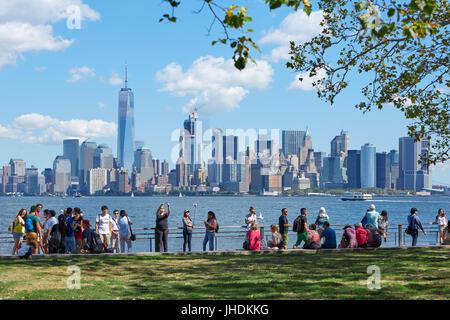 Menschen und Touristen schießen selfies und Blick auf die Skyline von New York an einem sonnigen Tag in New York - Stockfoto
