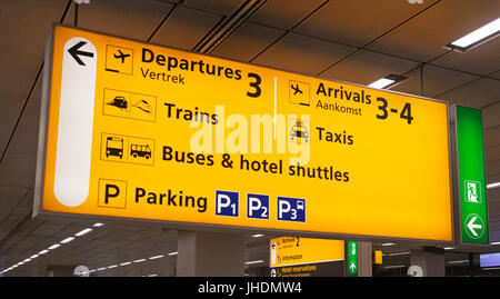 Electric aviation Information Board für die Passagiere am Flughafen - Stockfoto