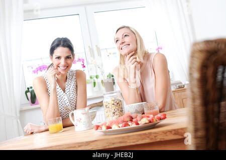 fröhlichen Freunden frühstücken am Morgen - Stockfoto