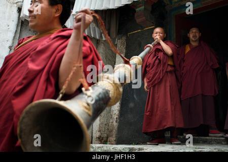 Mönche spielen der tibetischen Horn in Tashilumpo Kloster in Shigatse, Tibet, China. - Stockfoto