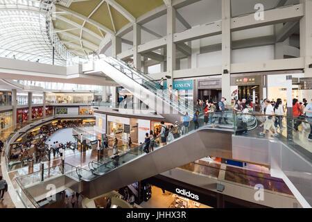 Singapur - 26. Februar 2017: Gesamtansicht des Marina Bay Sands Shopping Mall Singapur. Es ist eines der größten - Stockfoto