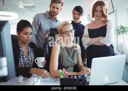 Konzentrierte sich Kollegen im Büro zusammenarbeiten - Stockfoto
