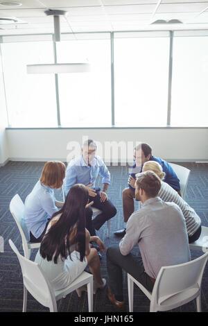 Kreative Geschäftsleute Interaktion in Kreis im Büro - Stockfoto