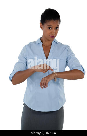 Porträt der Geschäftsfrau zeigt auf ihre Armbanduhr - Stockfoto