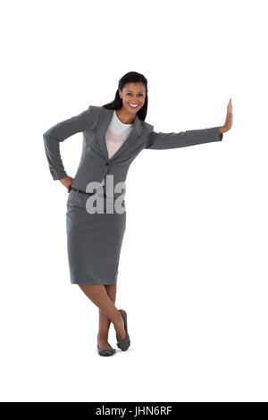Lächelnde Geschäftsfrau stützte sich auf der Seite - Stockfoto