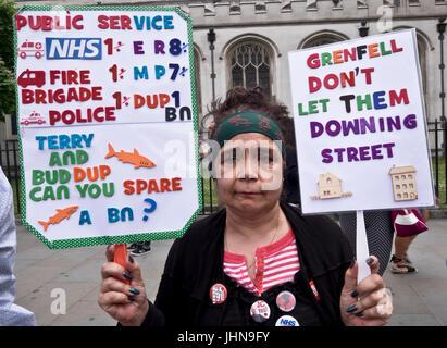 Tausende marschieren durch die Londoner auf gegen Sparpolitik und befreien Sie sich von Theresa May und konservative - Stockfoto