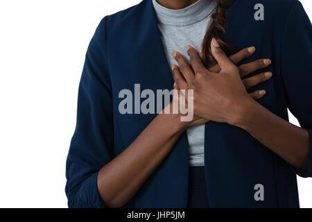 Mittleren Bereich der Frau leidet Schmerzen in der Brust vor weißem Hintergrund - Stockfoto