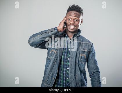 Afro american junger Mann am Telefon sprechen - Stockfoto