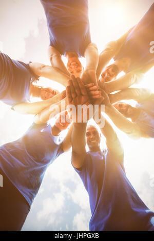 Fit Menschen mit Händen gestapelt im bootcamp - Stockfoto