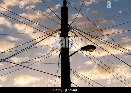 Elektrische Verkabelung auf Strommast in Kuba Stockfoto, Bild ...