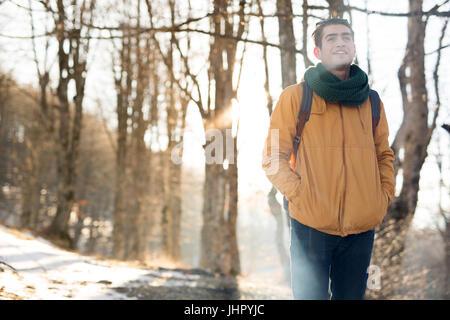 Junger Mann im Wald stehen und erkunden, Freiheit und Natur-Konzept - Stockfoto