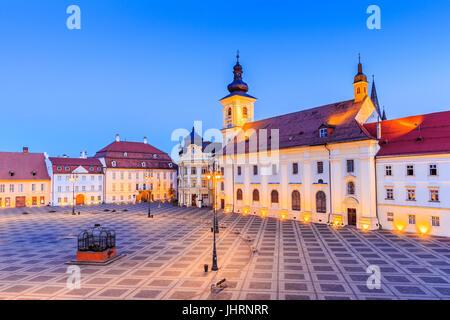 Sibiu, Rumänien. Großen Ring (Piata Mare) mit dem Rathaus und Brukenthal Palast in Siebenbürgen. - Stockfoto