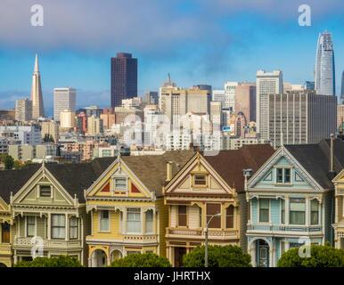 Skyline von San Francisco mit alten Vicorian Stadthäuser (Painted Ladies) gegen moderne Wolkenkratzer - Stockfoto