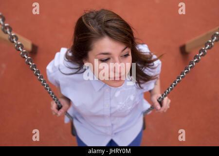 Glücklich aufgeregt Teen Mädchen auf einer Schaukel Kette, Sommerpark im freien - Stockfoto
