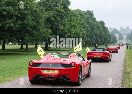 Windsor, UK. 15. Juli 2017. Ferrari Autos parade entlang der Long Walk im Windsor Great Park, Windsor Castle als - Stockfoto