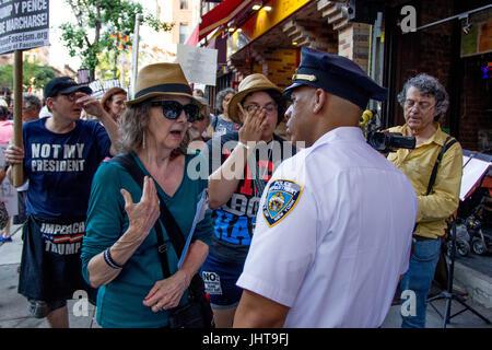 New York City, New York, USA. 15. Juli 2017. Ein Veranstalter mit verweigern Faschismus #J15 marschieren durch New - Stockfoto