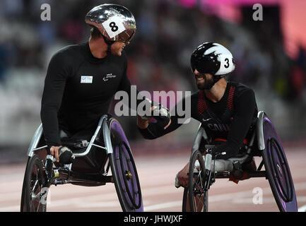 Schweizer Marcel Hug reagiert mit Kanadas Brent Lakatos nach der 1500 m Männer Finale T54 tagsüber drei der 2017 Para Leichtathletik-Weltmeisterschaften in London Stadion.