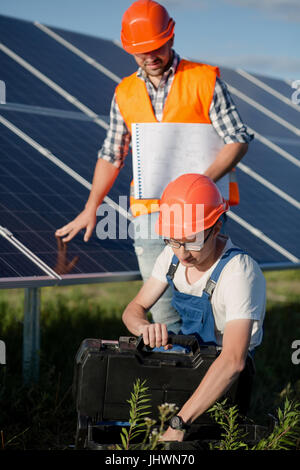 Arbeitnehmer bei der Photovoltaik-Anlage. - Stockfoto