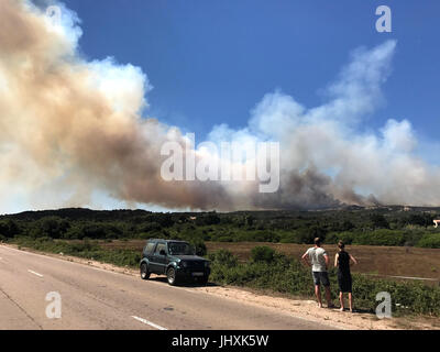 Korsika, Frankreich. 17. Juli 2017. Menschen beobachten Rauchwolken aus einem Wald Feuer, etwa 10 Kilometer nordwestlich - Stockfoto