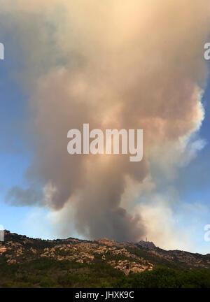 Korsika, Frankreich. 17. Juli 2017. Rauchwolken aus einem Wald Feuer, wenige Kilometer nordwestlich der Stadt Hafen - Stockfoto