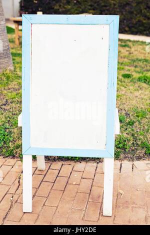 ... Hölzerne Anzeigetafel Im Freien In Der Nähe Von Geschäft Oder  Restaurant   Stockfoto