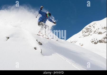 Skifahrer durch Neuschnee im Skigebiet Disenits, Schweiz - Stockfoto