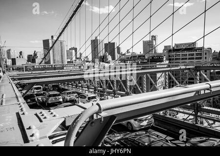 Straßenverkehr auf der Brooklyn Bridge in New York - MANHATTAN / NEW YORK - 2. April 2017 - Stockfoto
