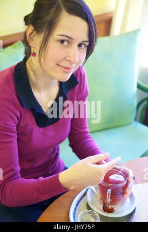 Junge Frau in der Kaffee-Haus mit einer Tasse Tee - junge Frau in einem Kaffeehaus mit einer Tasse Tee, Junge Frau - Stockfoto