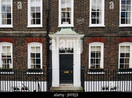 Typische Straßenszene im zentralen Londoner Stadtteil mit bekannten Architektur Fassaden zum städtischen Wohnraums. - Stockfoto
