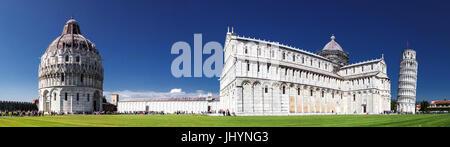 Panorama der Piazza dei Miracoli mit dem schiefen Turm von Pisa, Dom und Baptisterium, UNESCO, Pisa, Toskana, Italien - Stockfoto