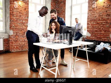 Start Vielfalt Teamwork Brainstorming treffen Concept.Business Team Kollegen teilen Weltreport Wirtschaft dokumentieren - Stockfoto