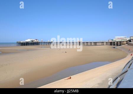 Blackpool North Pier und Strand - Stockfoto