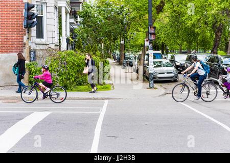Montreal, Kanada - 27. Mai 2017: Gruppe von Personen Familie Reiten auf Fahrrädern in Plateau-Viertel der Stadt - Stockfoto
