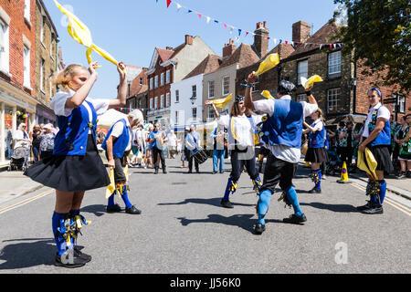 Traditionelle englische Volkstänzer, Royal Liberty Morris Seite tanzen und wirbelnden gelb Taschentücher in der - Stockfoto