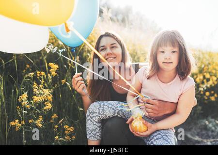Bild von Mutter und Kind mit besonderen Bedürfnissen - Stockfoto
