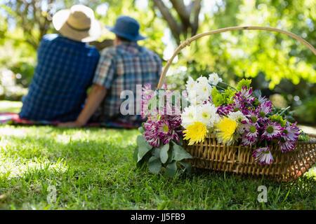 Rückansicht des älteres Paar, wobei ein Selbstporträt in Garten - Stockfoto