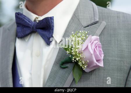 Close-up Details der männlichen Brautführer Grau Leinen Anzug mit Fliege und rose corsage - Stockfoto