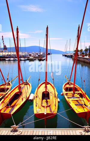 Hölzerne Segelboote auf dem Liegeplatz - Stockfoto