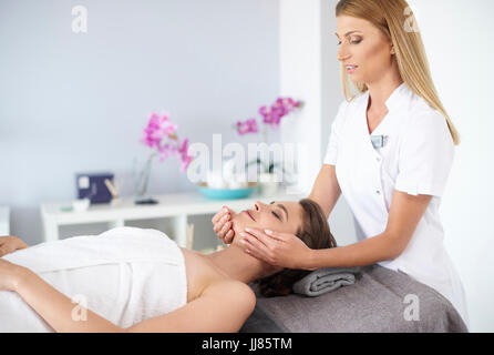 Wundervolle Frau während der Gesichtsbehandlung masagge - Stockfoto