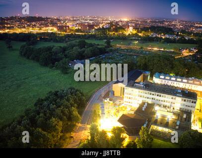 Luftaufnahme von Uwe bower Ashton Campus im Bau, der Stadt Bristol bei Nacht - Stockfoto