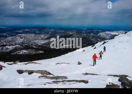 Menschen sind auf der Oberseite Berg bedeckt Wit Schnee wandern. - Stockfoto