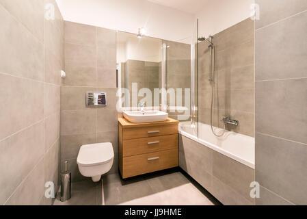 Fußboden Wohnung English ~ Modernes bad mit fliesen auf dem fußboden in stilvolle wohnung