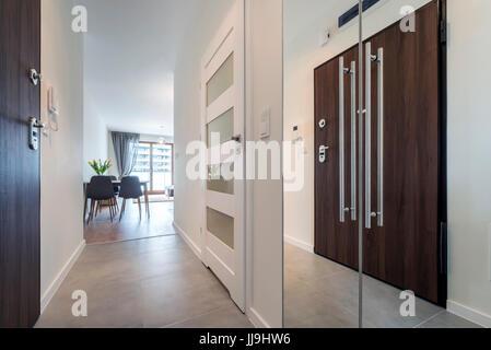 Flur Mit Fliesen Boden In Moderner Wohnung Stockfoto Bild