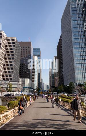 Der Imperial Palace East Gardens (Burgtor) Eingang, gegenüber der Financial District von Tokio, Japan - Stockfoto