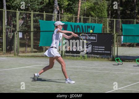 Weibliche Tennisspieler Schlagen der Kugel auf dem Tennisplatz, Palanga, Litauen. Stockfoto