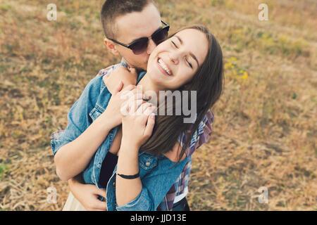 Moderne stilvolle Pärchen im Freien. Romantische junges Paar in Liebe im Freien auf dem Lande - Stockfoto