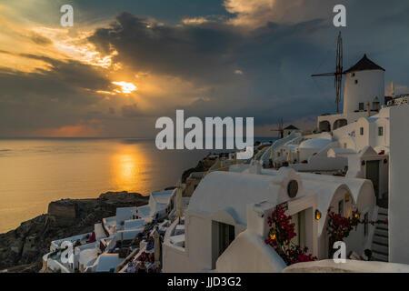 Blick auf den Sonnenuntergang, Oia, Santorini, Süd Ägäis, Griechenland - Stockfoto