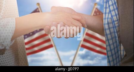 Freunde tun Handshake gegen zusammengesetztes Bild von Close up der US Flagge - Stockfoto